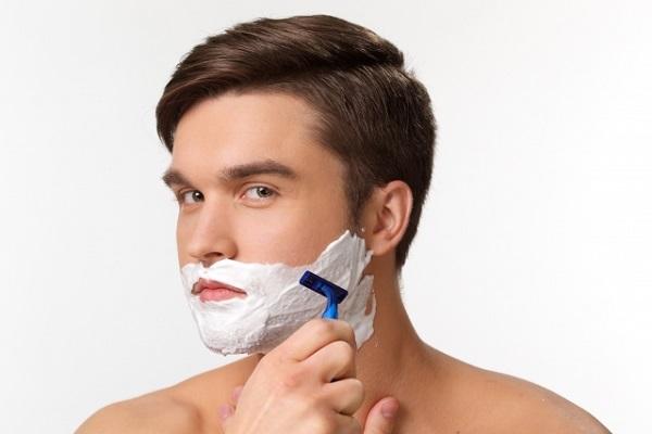 カミソリで剃る